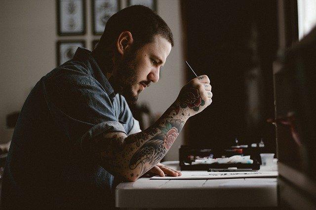 Tetovált férfi