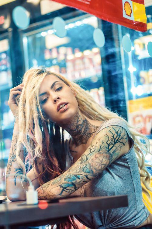 tetovált nő